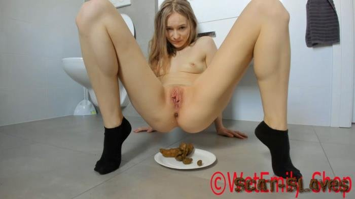 Defecation: (LucyBelle) - Beautiful girl doing shit showing face [FullHD 1080p] (400 MB)